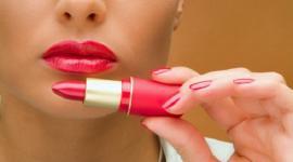Чем может быть опасна губная помада