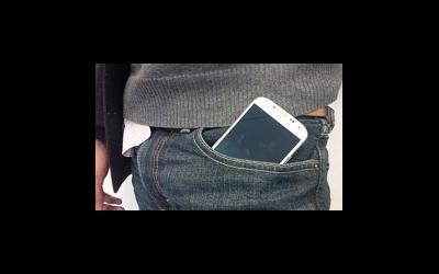 Мобильник в брюках лучше не носить