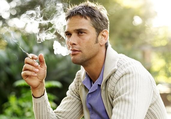 Курение отцов повышает риск астмы у детей